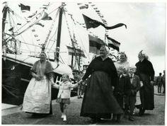 Eerste Vissershaven, vlaggetjesdag. Dames bij een schip van Jac. den Dulk. 1954 Fotoburo Meyer #ZuidHolland #Scheveningen