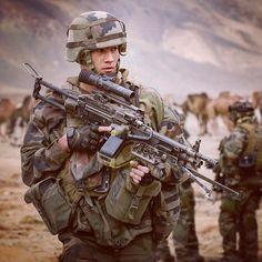 #MatosTerre chaque mercredi une fiche matériel ℹ Nom de code : Minimi (FN Herstal Belgique) Calibre : 556 mm Cadence de tir pratique : 100 cps par mn (max : plus de 1000) Portée pratique : 800 m Poids : 72 kg Atouts : capacité de feu >portée pratique du Famas précision autonomie et souplesse d'emploi. Cette #mitrailleuse spécifique à l'#infanterie est destinée principalement à l'appui de la section.  #armeedeterre #defense #defence #soldat #soldier #military #gun #machinegun #warrior #combat