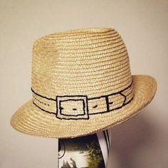 夏のファッションアイテムとして欠かせないのが麦わら帽子。ストローハットやカンカン帽と並んで、被るだけで夏気分になれる人気グッズです。そんな麦わら帽子がなんと100均に売っています!装飾もなくシンプルな見た目で使いやすそう。DIYするとさらに可愛くなる予感!日差しよけにもなり、涼しげで爽やかな印象を与える麦わら帽子の、簡単リメイク方法をご紹介します♪ | ページ1