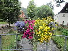Květiny na zábradlí mostu