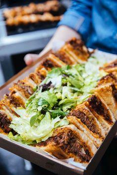 www.frizuraszepseg.hu Serényi Zsolt, alias Tetovált séf él-hal a faszénparázson sült ételekért. Belvárosi barbecue éttermében egy gyorstalpalót is tartott a tavaszi grillszezonra készülve.