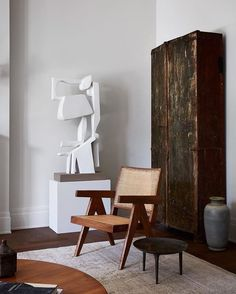 Portrait of a Pierre Jeanneret chair in the Galerie Provenance (LA) Via Architecture by Photography by Interior styling by Beautiful Interior Design, Beautiful Interiors, Home Interior, Interior Styling, Design Salon, Art Design, Pierre Jeanneret, Living Spaces, Living Room
