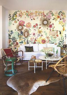 Un salon au papier peint floral.