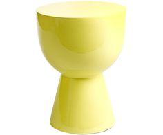 Kleines Multitalent: Der Hocker TAM TAM sticht nicht nur durch seine stilvolle Form heraus. Das gelbe Modell von Pols Potten macht sich auch hervorragend als Beistelltisch neben Ihrer Couch oder Ihrem Bett und wird hübsch dekoriert mit Blumen zum Blickfang in jedem Raum.