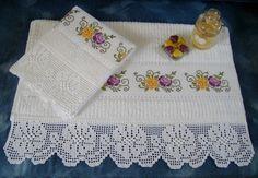 Toalha de Banho ( 140cmx68cm) e Rosto (80cmx49cm) CASA IN Passa-Fitas bordadas em ponto cruz e barrado em crochê filé R$150,00