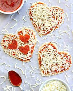 Love is in the air which means one thing - It's time to eat Heart Pizzas! Have some fun this Valentine's Day and make Heart Pizzas. Easy Soup Recipes, Pizza Recipes, Simple Recipes, Seafood Recipes, Cute Food, Yummy Food, Kids Meals, Easy Meals, Breakfast Recipes