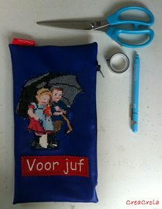 Bedankjes voor juf, meester, oppas, hulpmoeder, stagiaire of ...?  Blauwe skai-etui met retro Ot&Sien borduurwerkje met geborduurd 'Voor juf' Cadeautje, 8,95€, www.creacrola.nl