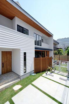 施主の理想を実現した、家族の和をはぐくむ都会派西海岸住宅 House Wall Design, Japanese Modern House, House Tokyo, Muji Home, Ceiling Cladding, Asian Architecture, Traditional House Plans, House Entrance, Dream Home Design