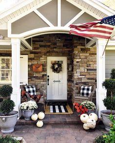 30 Comfortable Front Porch Design And Decor Ideas Adorable 30 komfortable Veranda Design und Dekor-I Farmhouse Front Porches, Small Front Porches, Front Porch Design, Small Patio, Small Terrace, Porch Designs, Small Porch Decorating, Decorating Ideas, Decor Ideas