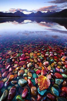 Pedras multicoloridas na beira do lago do Parque National Glacier, em Montana, Estados Unidos.