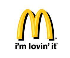 Gele m van Mac met slogan