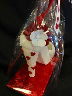 Valentine's Day chocolate shoe.. Chocolate Pinata, Chocolate Work, Chocolate Covered Treats, Chocolate Factory, Chocolate Gifts, Chocolate Molds, Homemade Chocolate, Shoe Cupcakes, Cupcake Cakes