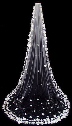 Usa este tipo de velo y lucirás los detalles en conjunto con los de tu vestido. #InspirationEssenceMx #Cathedral #BridalVeil #Lace #Long Wedding #Bride #Party #Beauty #Wife