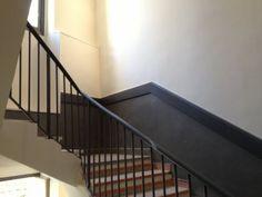 peinture cage escalier Peinture Portal, Elevator Lobby, Deco Studio, Shaby Chic, Apartment Renovation, Living Environment, Lobbies, Entrance Hall, Decoration