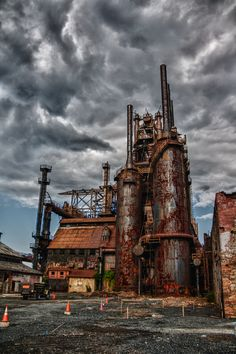Steel Tip There are many dirty dust clouds. They come from factory's who make stuff for us. We want factory's to make stuff without chemical dusts. Metal Buildings, Abandoned Buildings, Abandoned Places, Photo Post Mortem, Bethlehem Steel, Bethlehem Pa, Youngstown Ohio, Abandoned Factory, Steel Mill