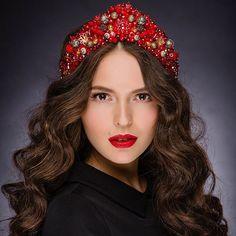 Готовы ярко провести выходные? Один шикарный аксессуар от @patriotka.rf и вы в центре внимания на любой вечеринке  #patriotkarf #Russia #роскошь #брендпатриотка #kokoshnik #ручнаяработа #стиль #красота #весна