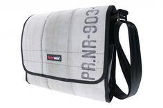 FEUERWEAR - BAG - Deze comfortabele schoudertas van Feuerwear is gemaakt van een echte brandslang. De schouderband is verstelbaar. Het waterafstotende materiaal zorgt ervoor dat al je spullen droog blijven. ITIYA UTRECHT