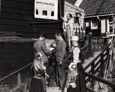 'Wat er mis is met Marken is dat het voornamelijk uit toeristen bestaat', zo wordt verzucht in een reisgids uit 1905. In een artikel uit 1999 vertelt Herman Roodenburg, onderzoeker van het Meertens Instituut, in een notendop de geschiedenis van de folkorisering van het voormalige eiland Marken.