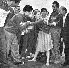 Dünyanın en seksi kadınıyla güreşen pehlivanımız var... Ursula Andress'e elense çekmek dev! Bunu ben yapsam aceba işe yarar mı?