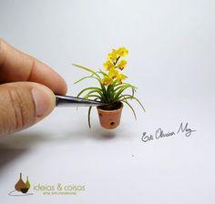 Réplica de orquídeas em miniatura feitas com realismo.