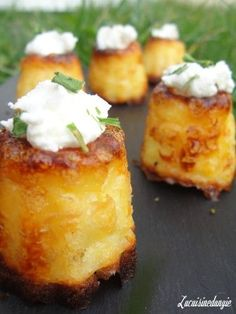And why I need to be able to read French.Cannelés au Chèvre - 15 cl of milk - 30 g of butter - 2 egg yolks - 200 g fresh goat cheese (such as cottage cheese or Petit Billy .) - 60 g flour - Salt and pepper Tapas, Fingers Food, Baked Goat Cheese, Fingerfood Party, Good Food, Yummy Food, Appetizer Recipes, Cheese Appetizers, Muffins