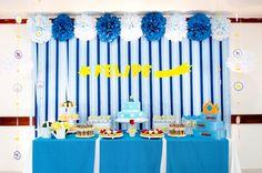 """A decoração da festa com tema """"Pequeno Príncipe"""", feita por Liliana Loureiro (www.lilianaloureiro.com.br), teve um painel de fitas em três tonalidades de azul, que foram presas em uma ripa de madeira e assim fixadas na parede. Os pompons de papel de seda foram colados com fita 3M"""