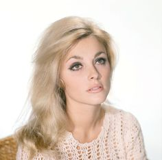 It's The Pictures That Got Small ... Sharon Tate, Most Beautiful Women, Beautiful People, You're Beautiful, Love Vintage, Retro Vintage, 60s Hair, Up Girl, Timeless Beauty