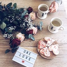 B r e a k f a s t W i t h #LOVE  #onelove #morning #breakfast #enamoureux #loveisintheair #monAmour #ptidej #stvalentin #ptidejrattrapage #yavaitlefoothier #lol #monmec #magaceautantquejlaime #flatlay #roses #meringues #heartshaped #homemade #withlove #WHPLoveis  Petit dej à deux quand Léon est à la creche #priceless  Bonne journée ensoleillée ici on revit ☀️☀️☀️ #springisintheair || breakfast for two when Léon is at daycare #priceless