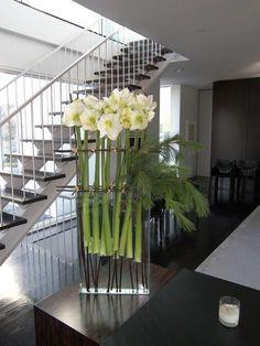 flower arrangement ideas for office Contemporary Flower Arrangements, White Flower Arrangements, Christmas Flower Arrangements, Ikebana, Faux Flowers, White Flowers, Beautiful Flowers, Deco Floral, Arte Floral