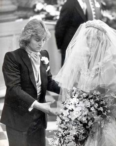 July Prince Charles marries Lady Diana Spencer in Saint Paul's Cathedral. Dressmaker: David Emanuel applying the finishing touches to Princess Diana¿s dress. Diana Wedding Dress, Princess Diana Wedding, Princess Diana Photos, Princess Diana Family, Princes Diana, Prince And Princess, Princess Of Wales, Wedding Dresses, David Emanuel