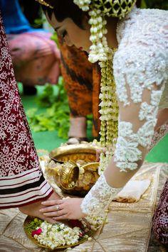 Panggih, a Javanese Wedding Procession Foto Wedding, Diy Wedding, Wedding Photos, Wedding Ideas, Javanese Wedding, Indonesian Wedding, Traditional Weddings, Akad Nikah, Wedding Rituals