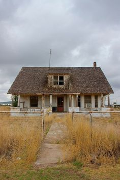 won't find many people in Barstow. What you will find is the lingering echo of sadness and broken dreams. This abandoned house looks like something out of a horror movie. Abandoned Buildings, Abandoned Farm Houses, Abandoned Property, Old Farm Houses, Abandoned Castles, Abandoned Mansions, Old Buildings, Abandoned Places, Spooky Places