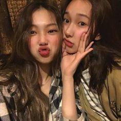 @taetae_ liked your post @taetae_ started following you A youtuber/m… #fanfictie # Fanfictie # amreading # books # wattpad Foto Best Friend, Best Friend Goals, Cute Friend Pictures, Friend Photos, Couple Aesthetic, Aesthetic Girl, Korean Best Friends, Girl Friendship, Cute Lesbian Couples