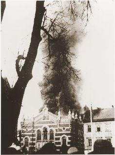 [Photo] The Synagogue of Opava in Sudetenland, Germany burning during Kristallnacht, 10 Nov 1938 World Conflicts, Jewish Men, Never Again, Lest We Forget, Second World, Historical Pictures, World War Ii, Beautiful World, Europe