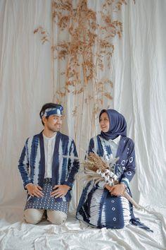 Pre Wedding Poses, Wedding Couple Poses Photography, Pre Wedding Photoshoot, Wedding Couples, Prewedding Hijab, Batik Couple, Wedding Stage Design, Creative Fashion Photography, Foto Wedding