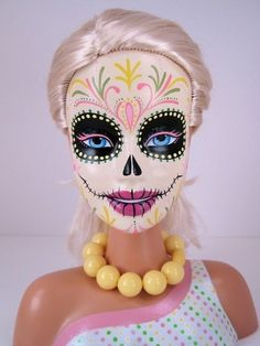 Day of the dead Barbie. Love it! Beats the G. I Jane barbie I made as a kid. Barbie Stil, Bad Barbie, Zombie Barbie, Barbie Funny, Girl Barbie, Barbie Dress, Barbie Clothes, Memento Mori, Maquillage Sugar Skull