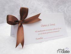 "Plic de bani cu funda maro ""Royal Chocolate"". Place Cards, Place Card Holders, Chocolate, Floral, Model, Green, Florals, Chocolates"