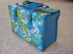 Vintage Diaper Bag blue and avocado green. This is exactly the kind of bag I had for my eldest. It wasnt pretty, but it was practical. Kept the bottles upright and everything pretty much stayed in it's place. Vintage Baby Clothes, Vintage Toys, Retro Vintage, Retro Baby, Baby Memories, Childhood Memories, Baby Equipment, Ideal Toys, Thing 1