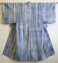 Since it's high summer and the heat is intense, I thought I'd show something cooling to the eye, a shibori dyed cotton yukata, an unlined, casual kimono.This yukata is dyed using two me… Yukata, Shibori Fabric, Shibori Tie Dye, Mood Indigo, Indigo Dye, Japanese Textiles, Japanese Fabric, Japanese Patterns, Shibori Techniques