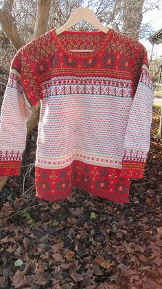 It`s a traditional folklore pattern från Eastern Finland - and from the village of Korsnäs. Fair Isle Knitting, Hand Knitting, Textiles Techniques, How To Start Knitting, Yarn Shop, Knit Patterns, Ravelry, Christmas Sweaters, Knit Crochet