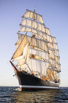 El ruso s.s Sedov son un acero 4-masted barque que durante casi 80 años era el barco de vela tradicional más grande en la operación.