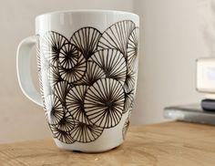 sharpie mug design idea Pottery Painting, Ceramic Painting, Ceramic Art, Sharpie Mug Designs, Sharpie Art, Sharpies, Pebeo Porcelaine 150, Diy Becher, Porcelain Pens
