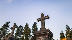 Telhados de jazigos arrancados pela ventania em cemitério de Viana