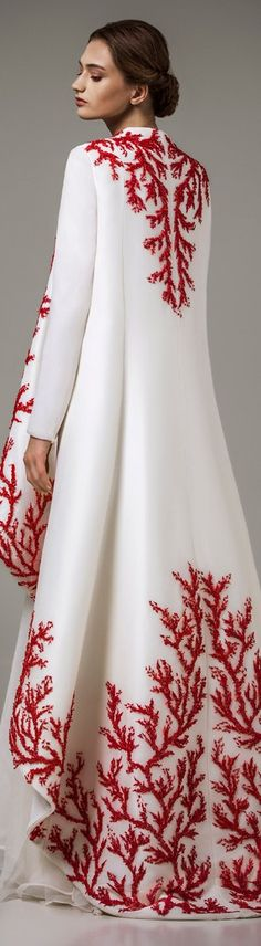 Back view of this gorgeous caftan pinned earlier. Haute Couture Style, Couture Mode, Couture Fashion, Hijab Fashion, Beautiful Gowns, Beautiful Outfits, Hijab Stile, Looks Style, White Fashion