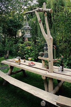 Afmetingen tafel: lengte is 2,5 m. x 0,70 m.    Hoogte tafel: 0,75 m. Hoogste punt:2,40 m. Materiaal:robininahout Bijzonderheden:de paal die door te tafel steekt is uit één stuk gemaakt en biedt de mogelijkheid om iets moois op te hangen zoals een lamp of kinderschommel. Prijsindicatie: 2.500Euro, exclusief BTW en transport en inclusief plaatsing