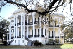 Nottaway Plantation in White Castle, Louisiana, between Baton Rouge & New Orleans. It's the largest remaining antebellum plantation house in the South. Old Southern Homes, Southern Plantation Homes, Southern Mansions, Plantation Houses, Plantation Style Homes, Southern Charm, Old Southern Plantations, Louisiana Plantations, Louisiana Homes