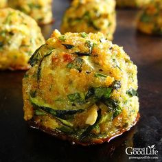 This tasty zucchini garlic bites recipe combines shredded zucchini with garlic, Parmesan cheese, fresh herbs, and is served with a marinara dipping sauce for an Italian inspired twist. Garlic Parmesan, Parmesan Zucchini Bites, Zucchini Appetizers, Appetizer Dips, Appetizer Recipes, Baked Garlic, Hallumi Recipes, Hotdish Recipes, Fennel Recipes