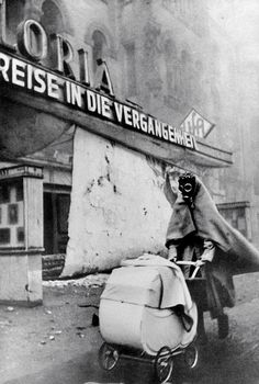 Esta imagen icónica tomada durante la Segunda Guerra Mundial una de sus mejores fotografías y se ha convertido en un símbolo de la época. Fue confiscado el negativo original. © Lobo Strache 23 de noviembre de 1943, Berlin Kurfürstendamm --- Lobo Strache Repinned por www.gorara.com