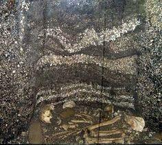 Povos indígenas do Brasil – Corte estratigráfico de um sambaqui, comum em assentamentos litorâneos de toda a América, com ossadas e camadas de conchas e artefatos.