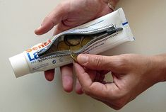 segunda vida para el tubo de pasta de dientes pero, más que eso, interesante lugar para esconder pequeñas cosas valiosas.